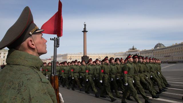 أول بروفه للاستعراض العسكري بمناسبة عيد النصر في بطرسبورغ (فيديو)