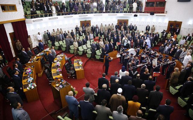مسلحون يطلقون النار في البرلمان الليبي ويوقفون التصويت لاختيار رئيس الوزراء