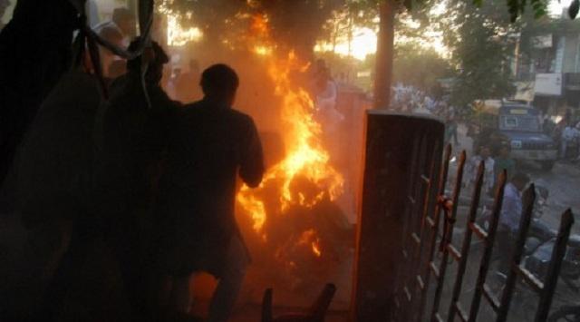 هندي يشعل النار في ملابسه ويحتضن قياديا سياسيا خلال تسجيل مناظرة تلفزيونية