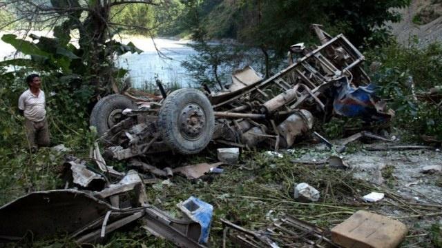 مقتل 18 شخصا على الأقل وجرح 19 جراء تصادم حافلة ركاب بشاحنة في النيبال