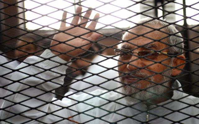 السجن سنة لمرشد الإخوان محمد بديع و21 آخرين بتهمة إهانة القضاء