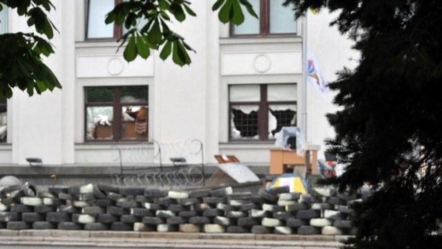 أنصار الفدرلة يغادرون مبنى النيابة العامة في لوغانسك
