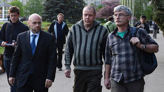 الإفراج عن المراقبين العسكريين الأجانب في مدينة سلافيانسك جنوب شرق أوكرانيا (فيديو)