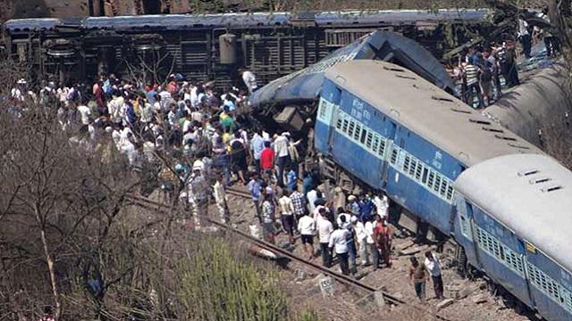 مقتل 12 شخصا في حادث انحراف قطار عن مساره غرب الهند