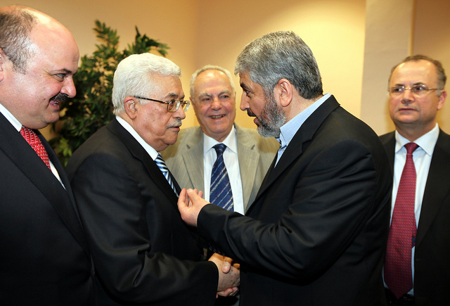 مصادر فلسطينية: عباس يلتقي مشعل في الدوحة الاثنين
