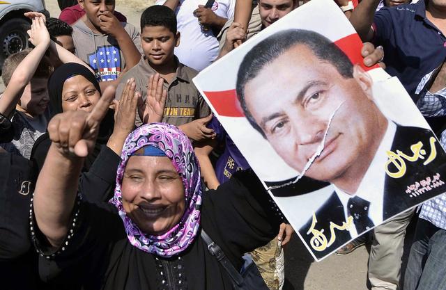 مبارك يحتفل بعيد ميلاده الـ86 ويحيي أنصاره من نافذته بالمستشفى (فيديو)
