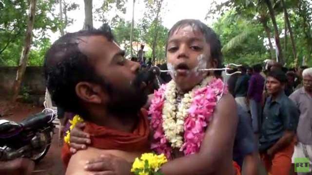 بالفيديو.. ثقب الخدين لأكثر من 180 شخصا في إطار مهرجان في الهند