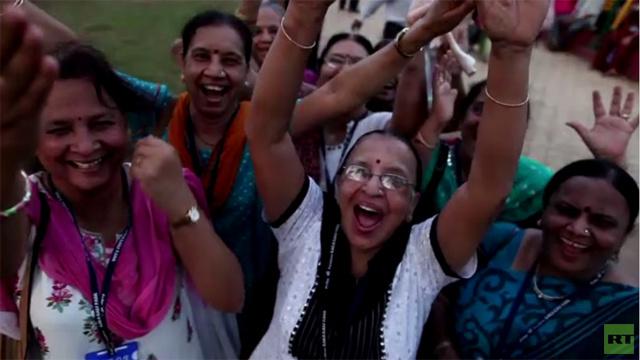 بالفيديو.. 1500 شخص يضحكون معا في الهند