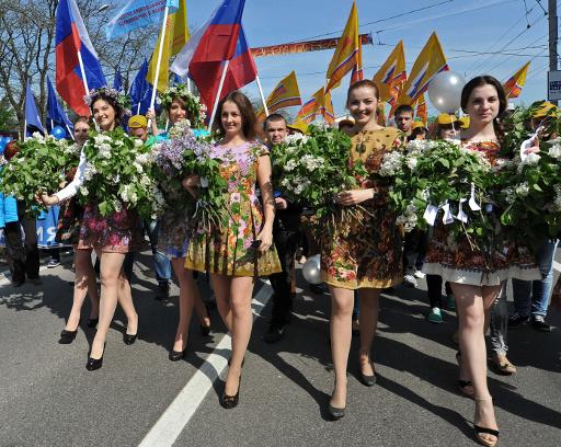 بالفيديو.. نحو 10 آلاف شخص في مدينة روستوف الروسية يحطمون رقما قياسيا بأداء أغنية