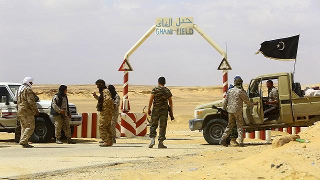 مسلحون يسيطرون على موانئ نفطية شرق ليبيا يرفضون التعامل مع امعيتيق