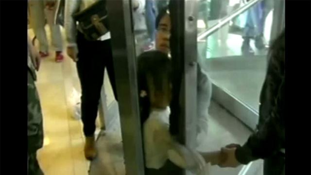 بالفيديو.. إنقاذ طفلة علقت يدها بالباب الدوّار