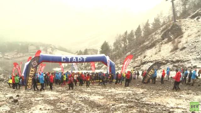 بالفيديو.. سباق الصعود إلى جبل ألبروس جنوب روسيا