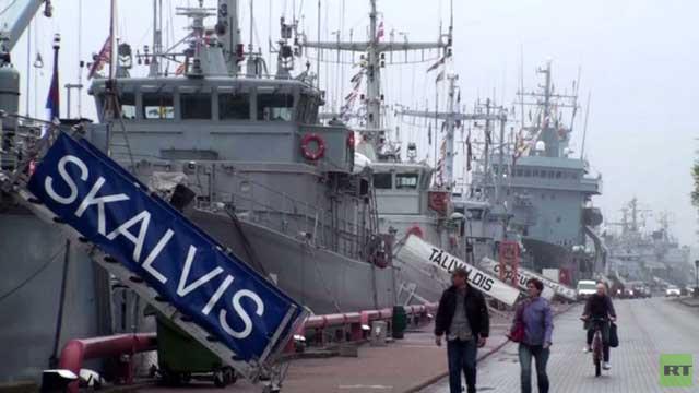 سفن قتالية تابعة لحلف الناتو ترسو في ميناء بلاتفيا (فيديو)