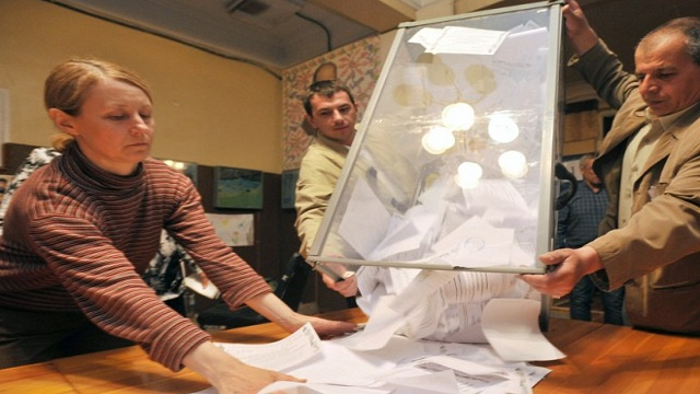 أكثر من 90 بالمئة من ناخبي مقاطعتين من جنوب شرق أوكرانيا يقولون نعم للاستقلال