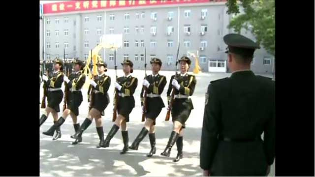 بالفيديو.. استعراض عسكري في بكين.. بمشاركة النساء!