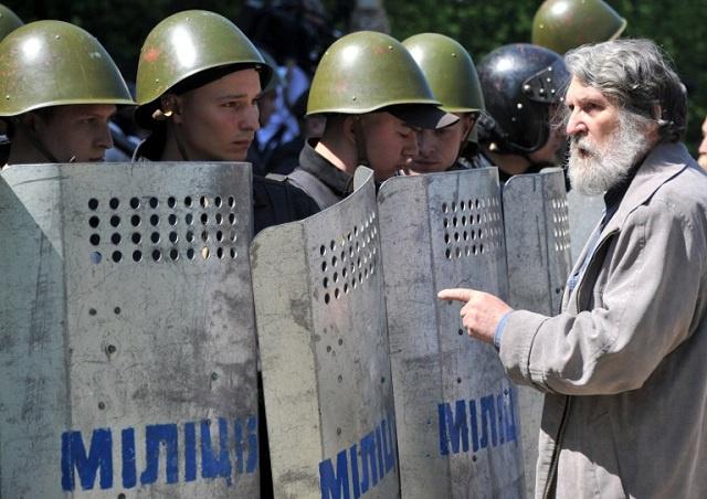 العفو الدولية تنتقد لجوء الأمن الأوكراني إلى القوة والقسوة المفرطة