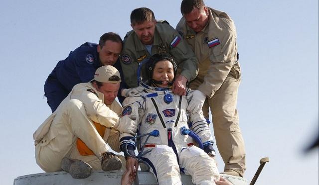 عودة 3 رواد من طاقم المحطة الفضائية الدولية الى الأرض (فيديو)