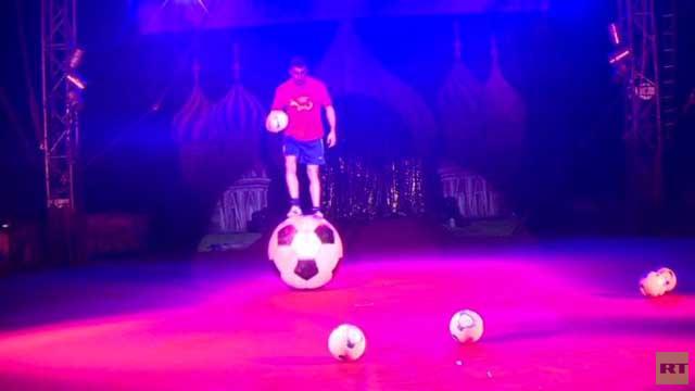 بالفيديو.. تحطيم رقم قياسي في الخفة فوق كرة قدم