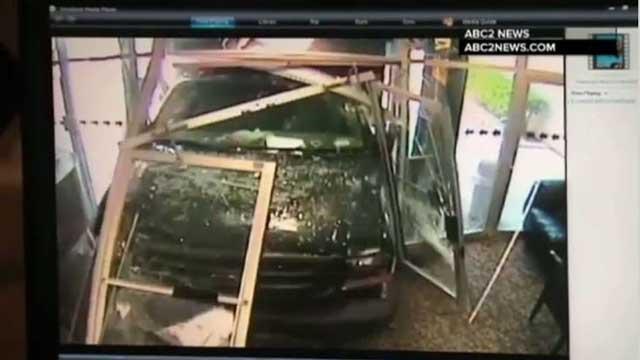 بالفيديو.. مريض عقليا يدخل مبنى تابعا لمحطة تلفزيونية أمريكية.. ولكن بشاحنة