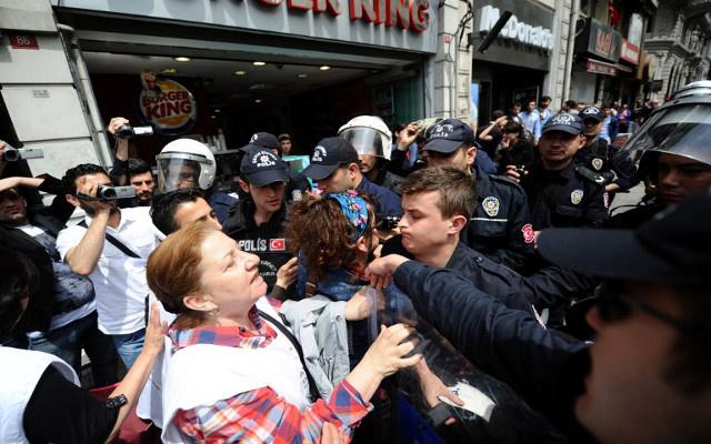 الشرطة التركية تفرق متظاهرين بالغاز المسيل للدموع