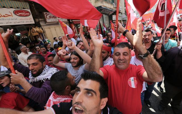 الآلاف يتظاهرون في بيروت من أجل زيادة الرواتب
