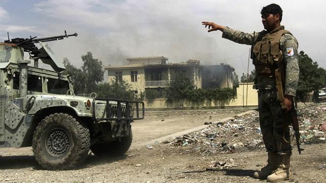 مقتل 3 شرطيين في هجوم نفذه انتحاريون على قاعدة لوزارة الداخلية بأفغانستان