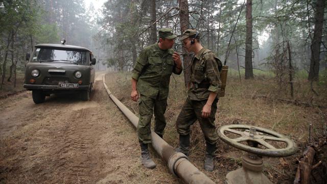 الجيش الروسي ينجز عملية مد انابيب الماء إلى مناطق زراعية بالقرم (فيديو)