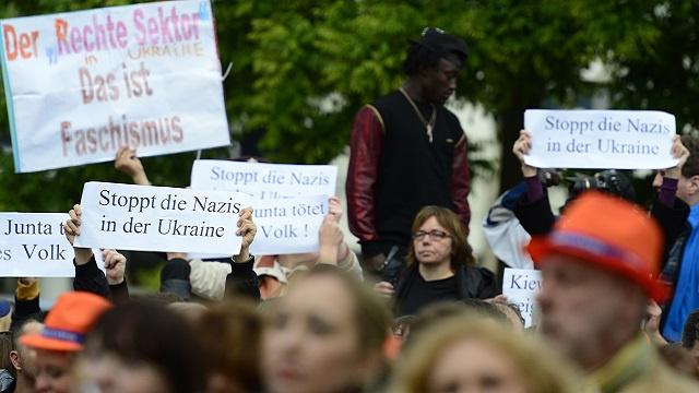 برلين.. مظاهرة ضد النازيين في أوكرانيا تزامنا مع اجتماع لحزب ميركل (بالفيديو)