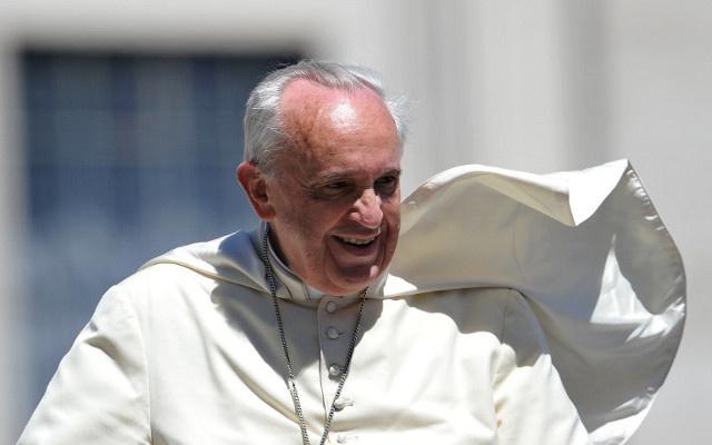 البابا فرانسيس يتخلى عن مركبته المضادة للرصاص خلال رحلته للشرق الأوسط