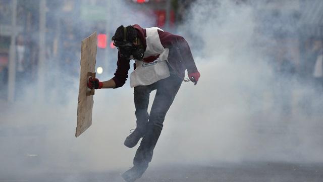 الشرطة تستخدم الغاز المسيل للدموع لتفريق آلاف المتظاهرين في محيط منجم الفحم المنكوب غرب تركيا