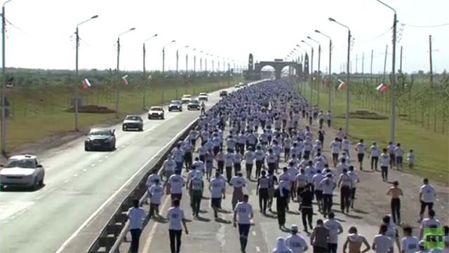 بالفيديو... آلاف المسلمين يشاركون في سباق الماراثون بمناسبة افتتاح المسجد بمدينة أرغون الشيشانية