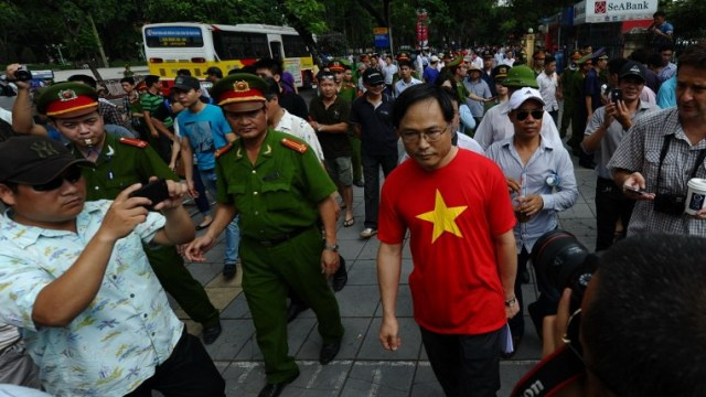 الصين تجلي أكثر من 3 آلاف من مواطنيها بعد أعمال الشغب الدامية في فيتنام