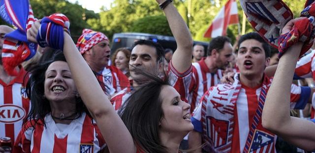 بالفيديو.. جماهير أتلتيكو مدريد تحتفل بلقب الليغا على بعد أمتار من جماهير ريال مدريد