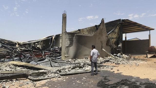 79 قتيلا في اشتباكات بنغازي ودول مجاورة تعزز حدودها تحسبا للطوارئ