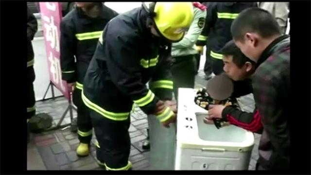 بالفيديو.. إنقاذ طفلة من براثن غسالة !