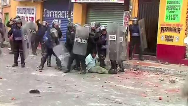 بالفيديو.. مواجهات بين الأهالي وقوات الشرطة في مكسيكو بسبب نبع مياه