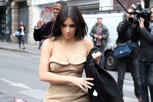 كيم كارداشيان تودع العزوبية في باريس (صور)