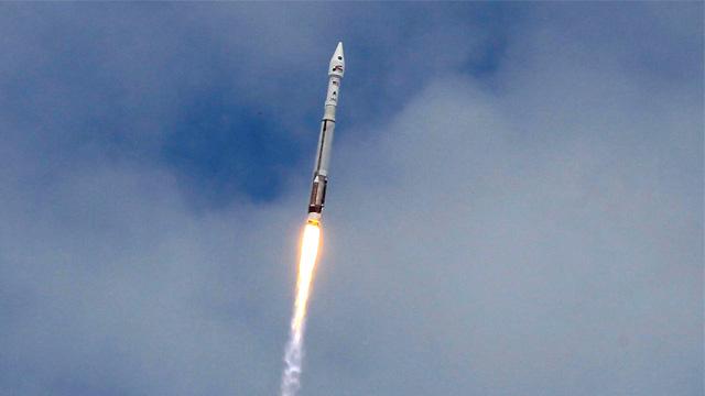 إطلاق صاروخ أمريكي يعمل بمحرك