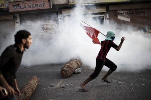 متظاهرون يحرقون سيارة شرطة احتجاجا على مقتل فتى في البحرين