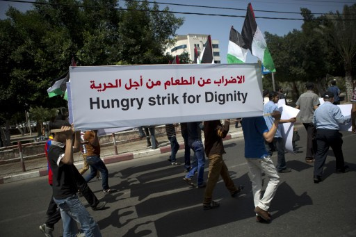 إصابة أسرى فلسطينيين مضربين عن الطعام بتسمم ونقلهم إلى المستشفى
