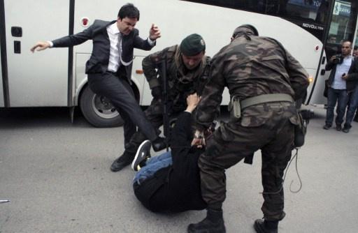 فصل مساعد لاردوغان ركل محتجا اثناء مظاهرة (فيديو)