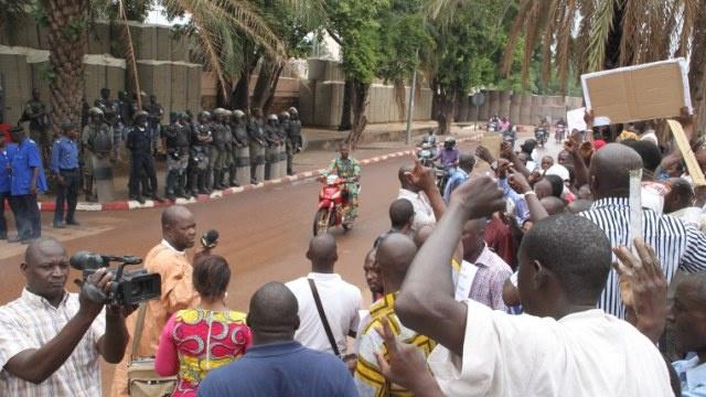 مقتل 50 جنديا في معارك بين القوات الحكومية ومتمردي الطوارق في مالي