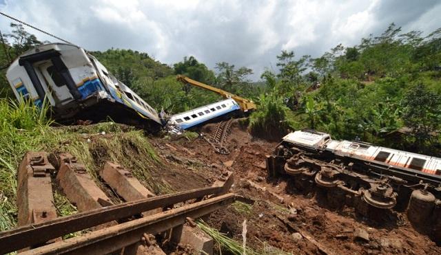 مصرع 40 شخصا على الأقل في حادث تصادم قطارين شمال الهند (فيديو)