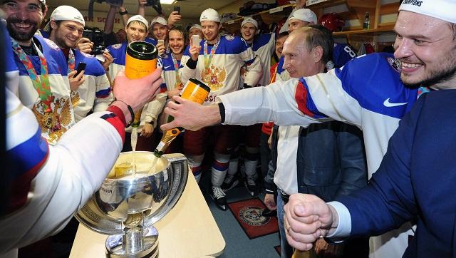بالفيديو.. بوتين يتذوق الشامبانيا من كأس العالم للهوكي