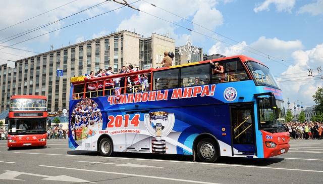 بالفيديو .. أبطال العالم بهوكي الجليد يجوبون شوارع موسكو