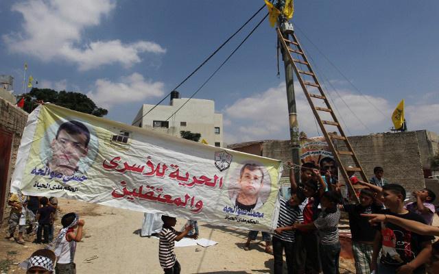 نقل 40 أسيرا فلسطينيا مضربين عن الطعام إلى المستشفى