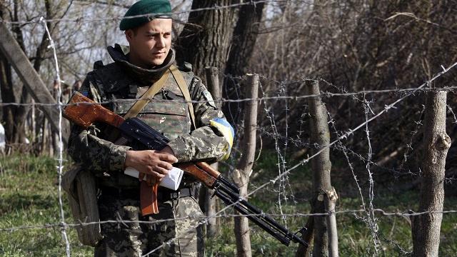 كييف تتحدث عن عبور مسلحين من الجانب الروسي وموسكو تنفي