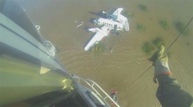 مقتل 5 أشخاص في تحطم طائرة صغيرة في الأرجنتين (فيديو)
