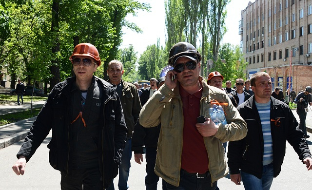 عمال المناجم في دونيتسك يحتجون ضد عملية كييف القمعية شرق البلاد (فيديو)
