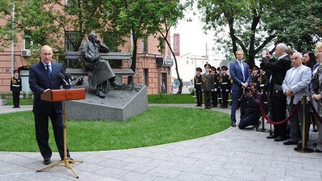بوتين يدشن تمثال كاتب كلمات النشيد الوطني الروسي سيرغي ميخالكوف